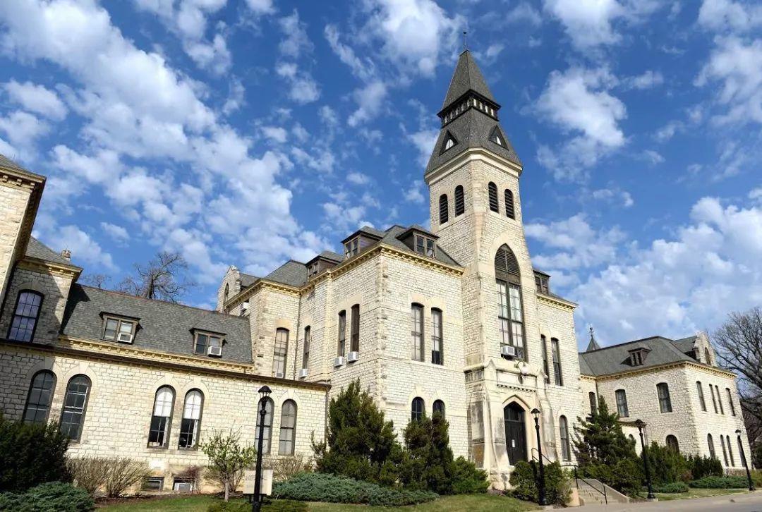 你知道堪萨斯州第一所世界级公立大学是谁吗?