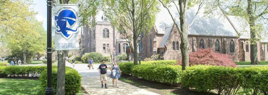 这所学校在新泽西州内排名第三,拥有近千亩的美丽校园